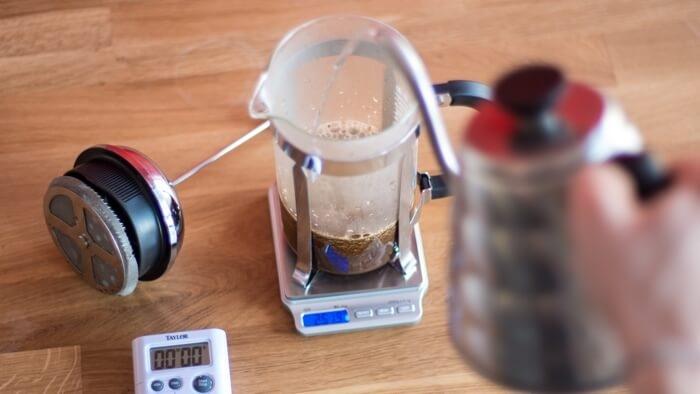 قهوه مورد نشر را داخل فرنچ پرس بریزید