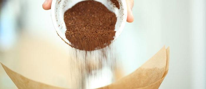 ریختن پودر قهوه در فیلتر کاغذی