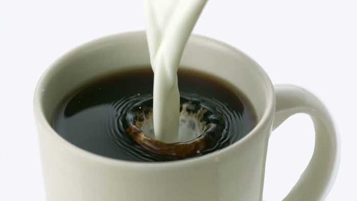 افزودن شیر داغ به قهوه