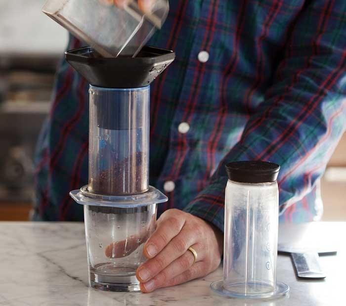 قهوه را داخل آئروپرس بریزید