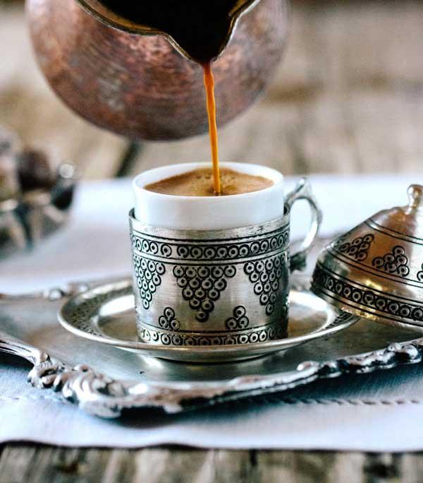 قهوه ترک را آرام در فنجام بریزید