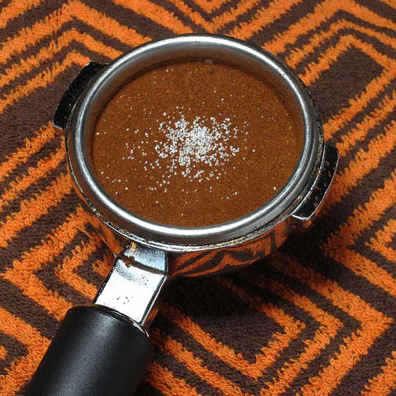 میتوانید نمک را به این شکل نیز قبل ار عصارهگیری به قهوه اضافه نمایید.